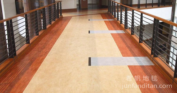 13,花色品种繁多:pvc地板的花色品种繁多,如地毯纹,石纹,木地板
